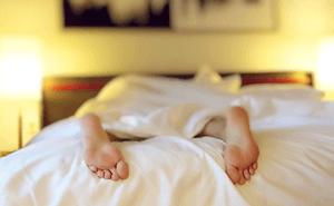 寝不足は胃痛の要因になるa